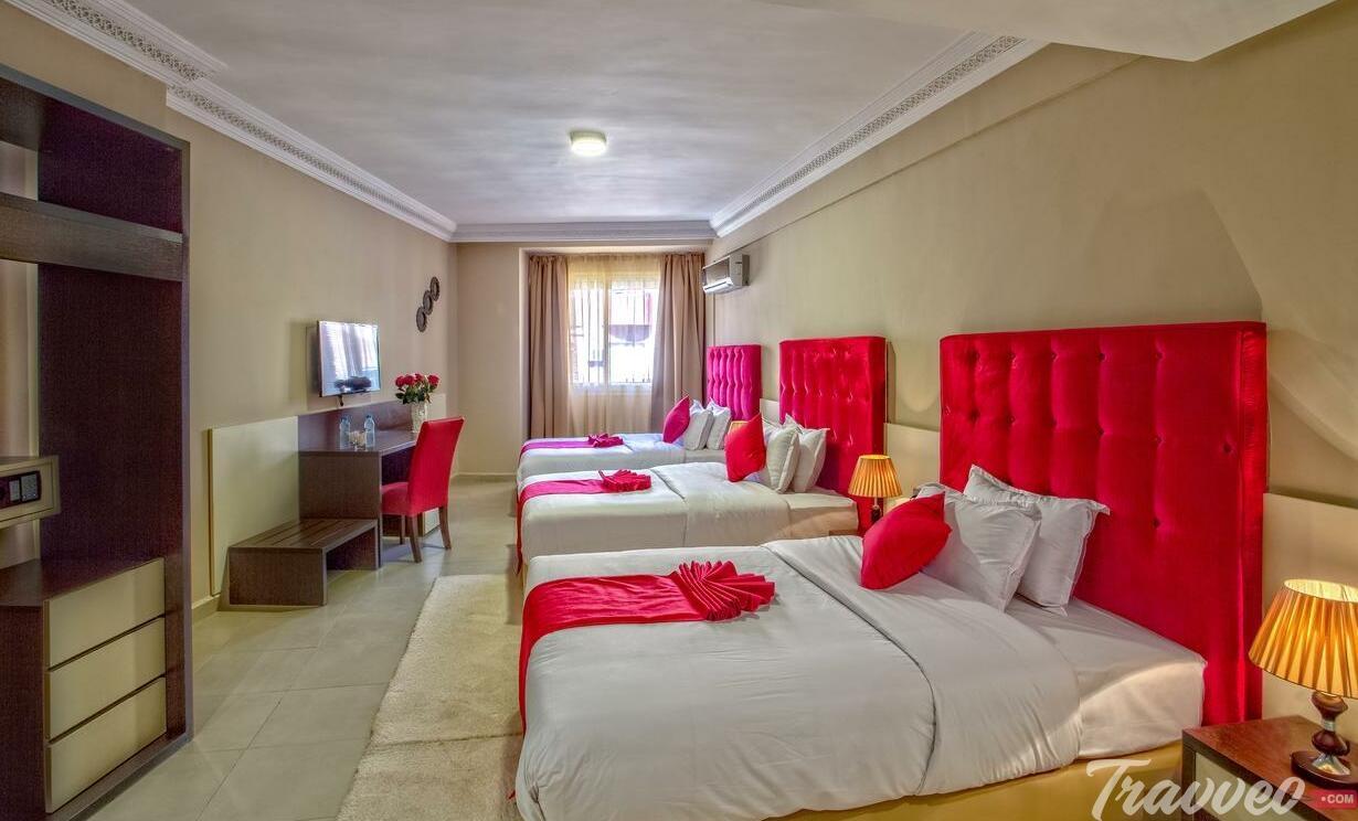 يضم الفندق العديد من وسائل الراحة والرفاهية